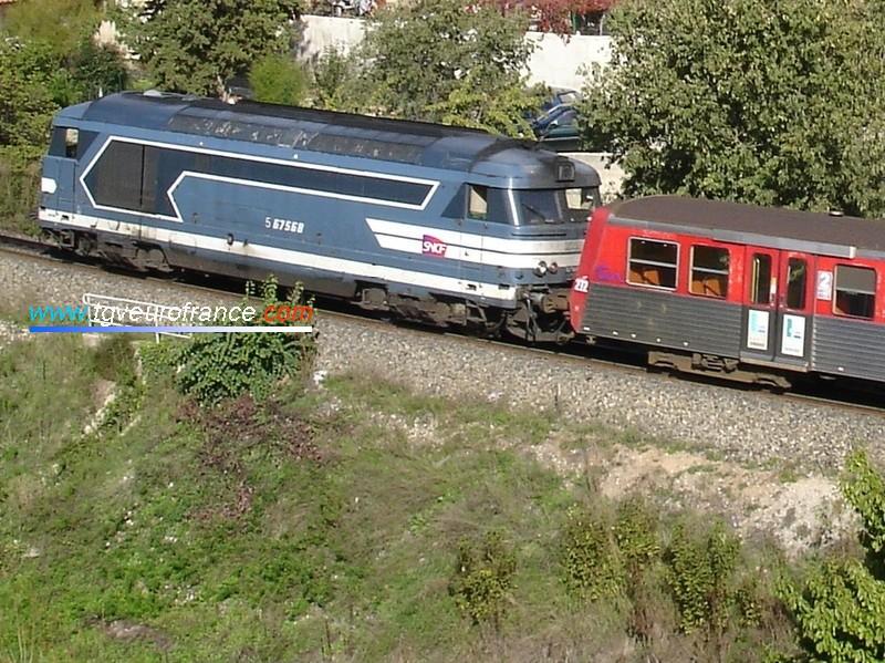 La BB 67568 (affectée à la DTPRL de Marseille) tire une rame RRR (ex Haute-Normandie) à Aix-en-Provence.